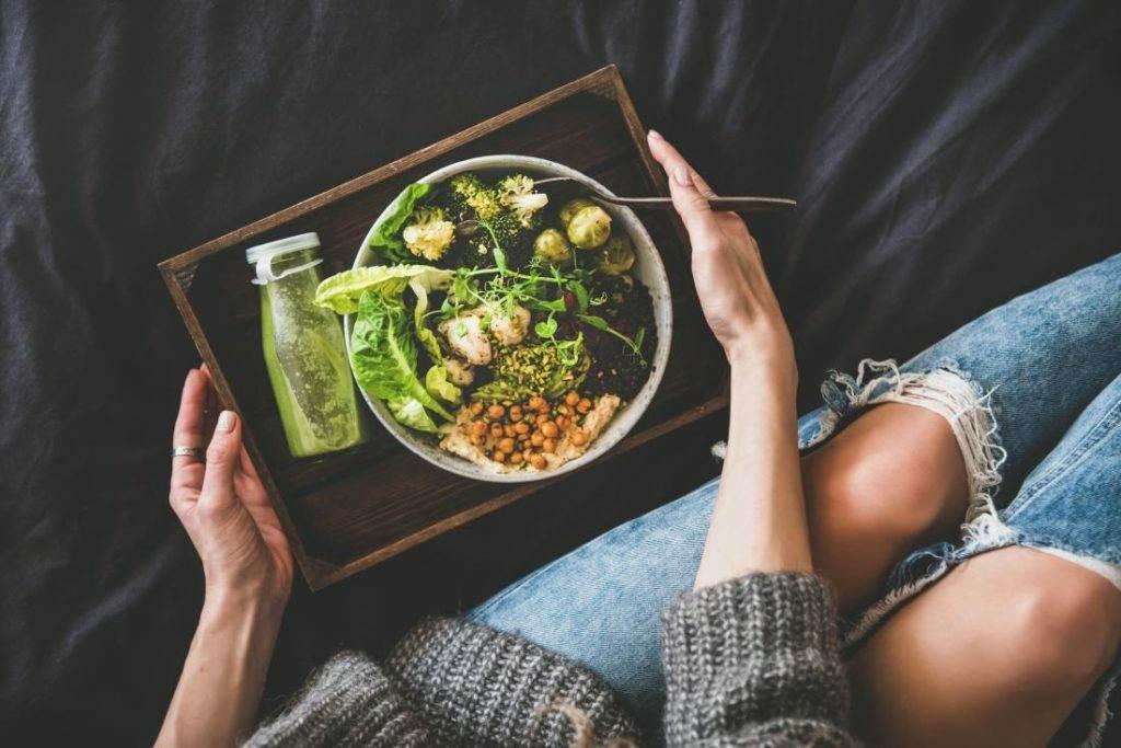 woman holding healthy eating bowl seen from above 1024x683 - Крестоцветные овощи могут помочь в борьбе с онкологией